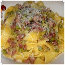 Fettuccine con salsa di cipolle, salsiccia e piselli